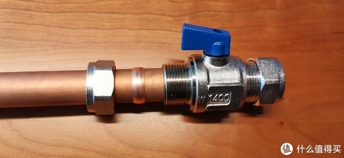 将铜管插入球阀,用扳手拧紧螺帽,靠卡在铜管和球阀之间的铜卡圈变形胀紧来密封不漏水。提醒一点,铜比较软,也不能使太大的力量,容易使铜螺帽变形,有可能影响密封,后面也不好拆下。