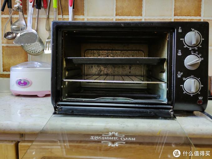 我的这台美的小烤箱用了好多年,门子都掉了,镀锌内胆也再也擦不出来,该换了。