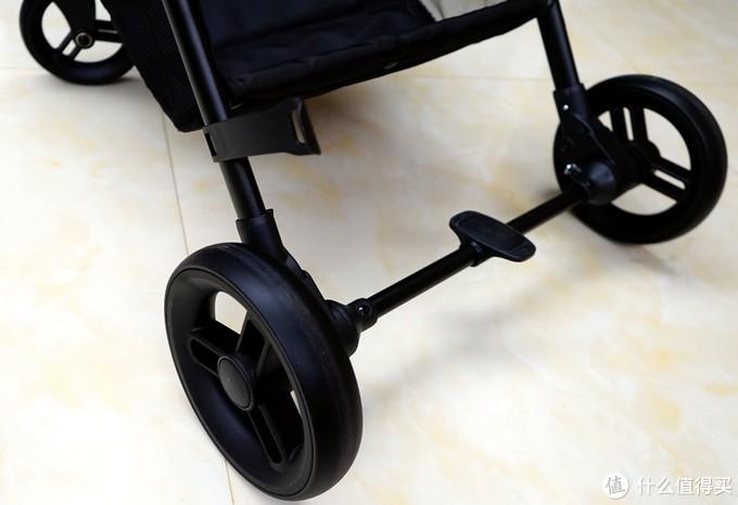 (后轮采用PU耐磨轮胎,并带有4组避震弹簧和双轮联动刹车)