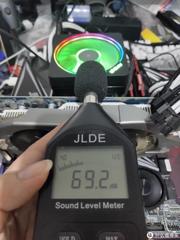 而幽灵棱镜在拷机的是时候满转速已经到了起飞的69.2分贝,是非常吵的