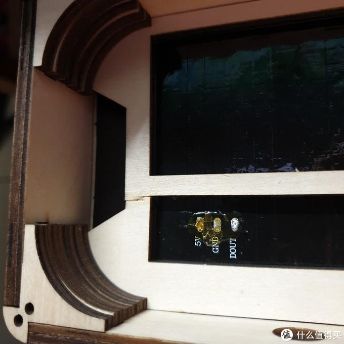 安装完屏幕和填充件的背面