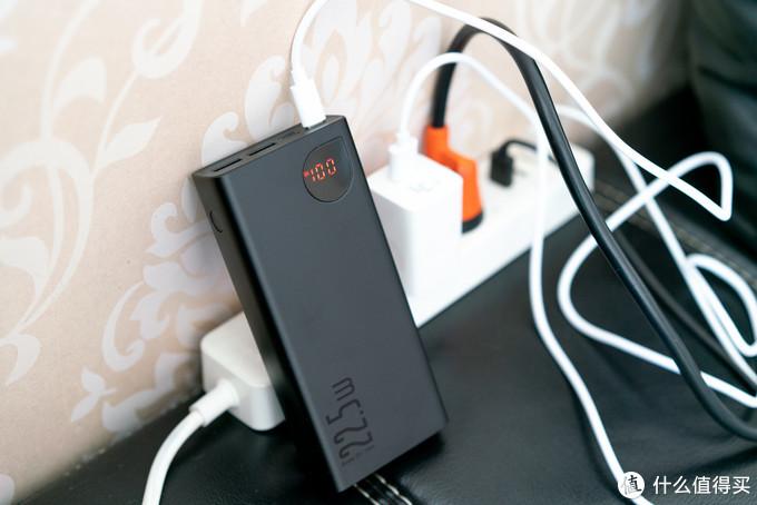倍思的充电宝同样支持QC3.0双向输入输出,用24W的乐视快充头,在18W的功率下给充电宝快速充电也毫无压力。