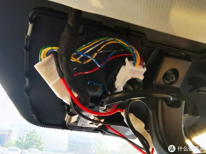这时候才想到可能是降压线有问题,测了一下输入端,13.5V,没问题。测了一下输出段,没电压。降压器里的启动灯灭了,说明是通电了,但是输出没电压,于是联系了我三年前买这个降压线的淘宝店,分析可能是板子坏了。