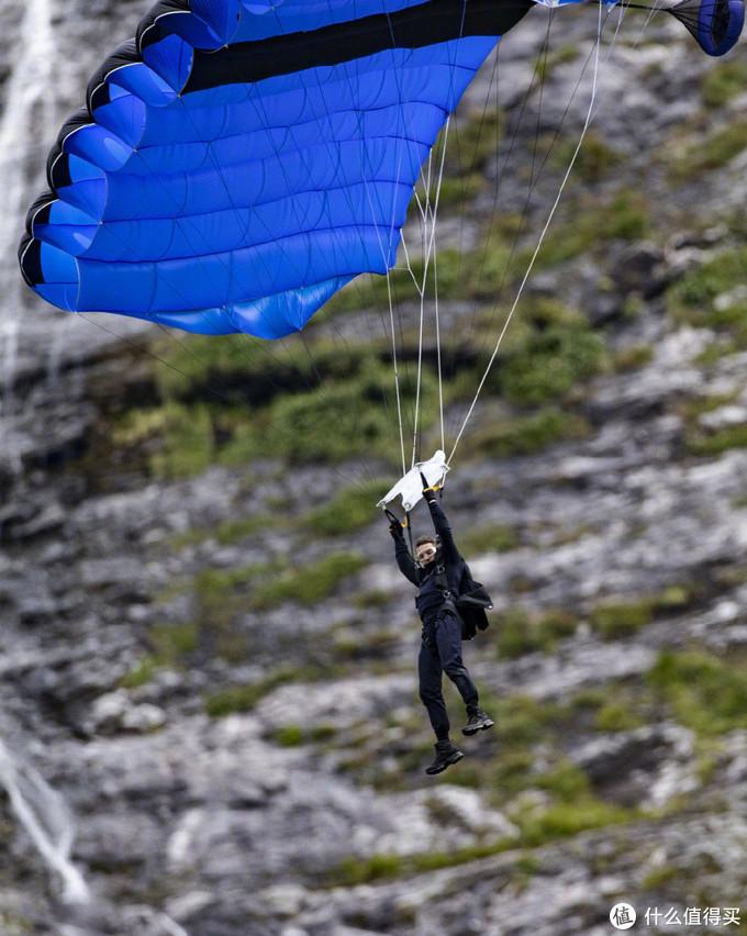 依然玩真的!《碟中谍7》实拍曝光,阿汤哥高空摩托坠落接极限开伞,这套动作难度给几分?