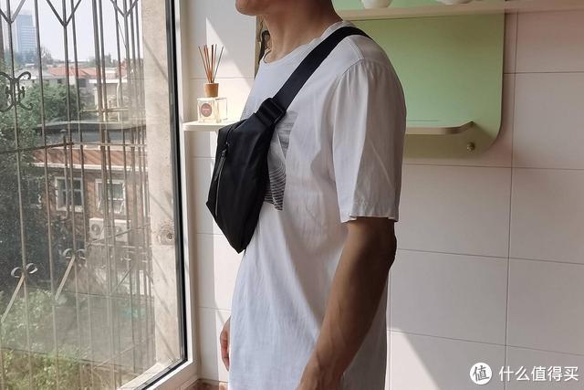 小东西多,不愿意背大包上班,用小米胸包就对了