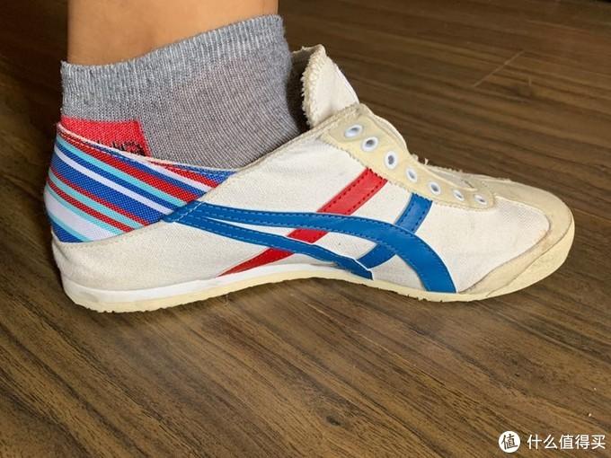 这款是平底的,就是鞋底中间没有那块凸起