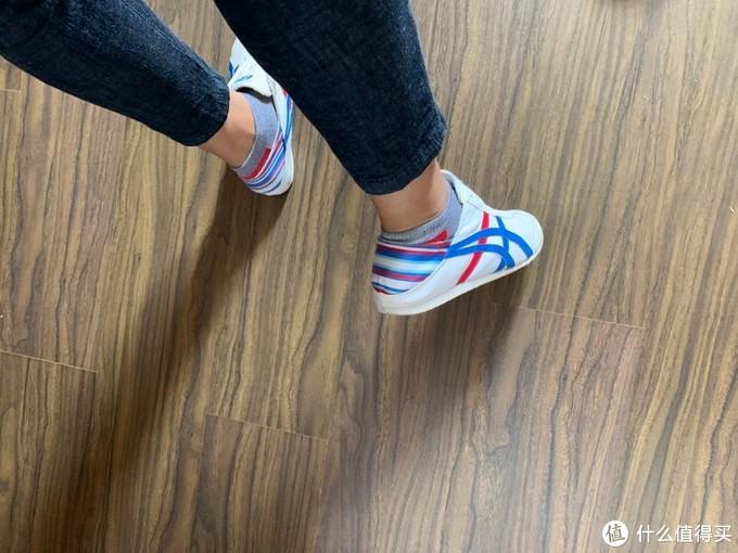 鞋跟的上面这块,采用了不同的材质