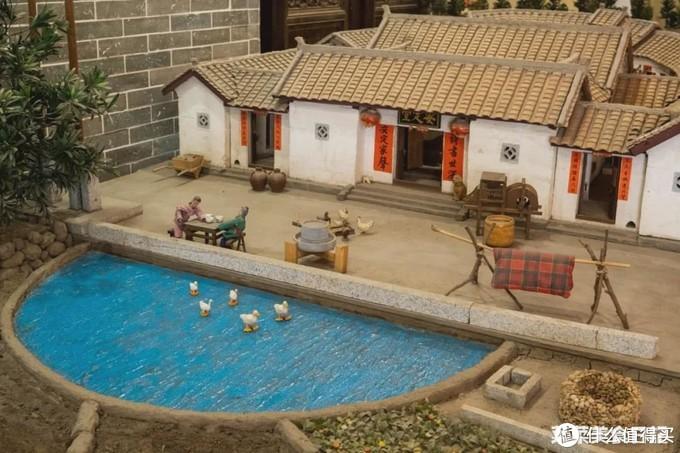 客家围龙屋模型:前半部是半月形池塘,后半部是半月形房舍建筑