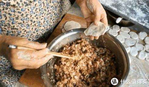 白菜做饺子调馅如何不出水,关键看这一步,很多人都做错了