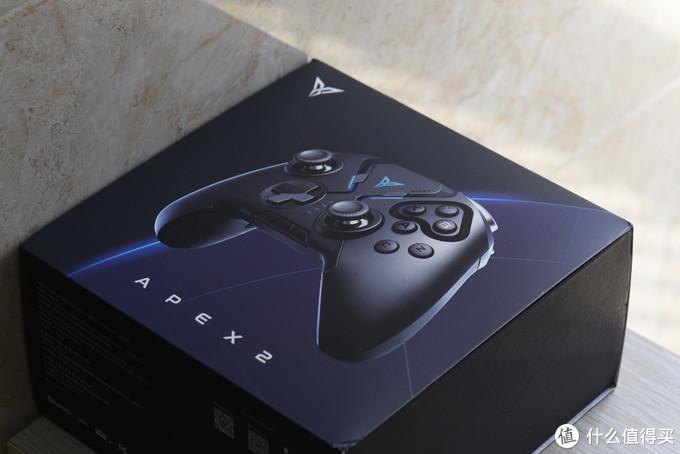 包装盒正面用蓝色线条衬托出手柄主体,下方APEX2是手柄的英文名称,可以看出这款手柄的野心,要做就做到顶点。