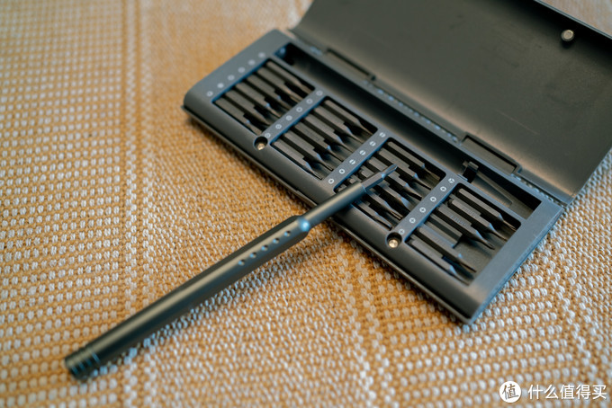 刀头插上去,磁吸力蛮强,紧固度尚可(没有伊莱科或艾瑞泽那两套33in1的紧密,和常胜客相仿)。