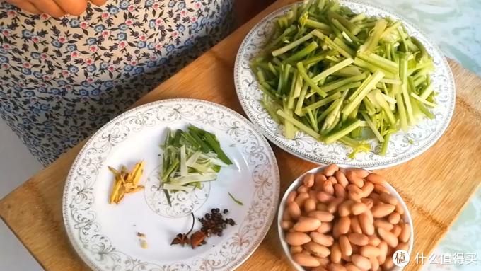 就喜欢这样吃芹菜,顿顿吃都不腻,开胃又下饭