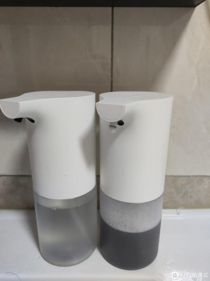 左边的是洗手液,右边是自己兑的洁面乳,配方就是少量洗面奶+多加纯净水+少量海盐+精油(我用的茶树精油,消炎祛痘),用一个一字的螺丝刀,轻轻一翘就可以把瓶盖打开,不要毁坏上面塑料凸点