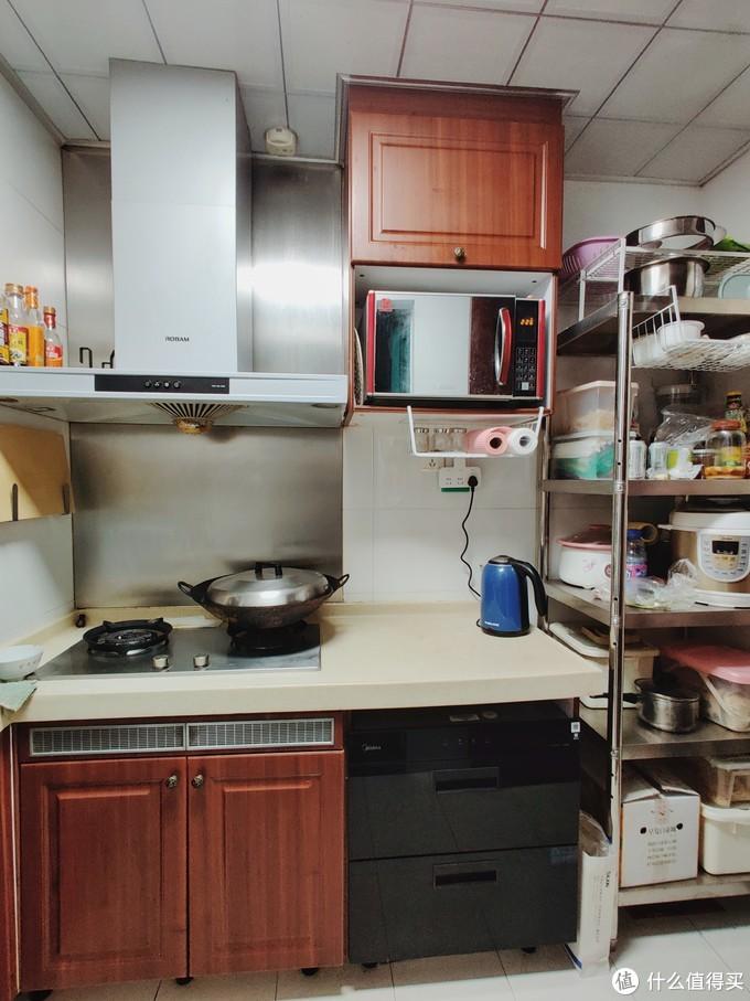 目前厨房正面,置物架区域原本是冰箱。本就有限的吊柜和地柜,精装房交付的时候,就被微波炉和消毒柜占用了不少空间。