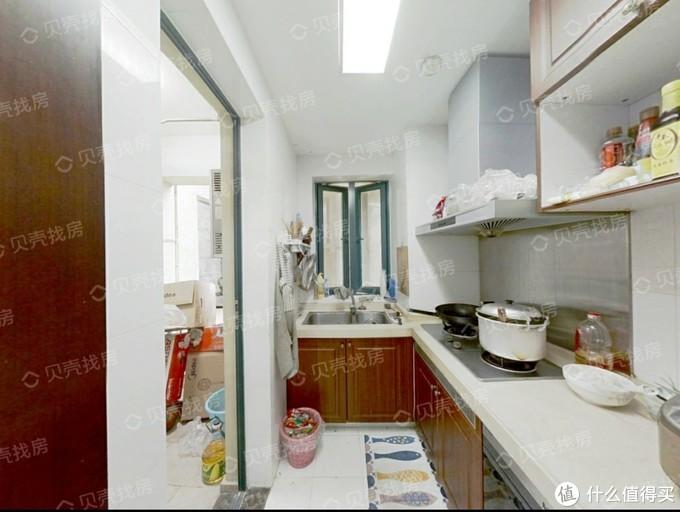 改造前的厨房样子,因为当时忘了拍照片,在二手房网上找了张差不多的图片,可以看到置物空间相当有限,完全不够用啊。