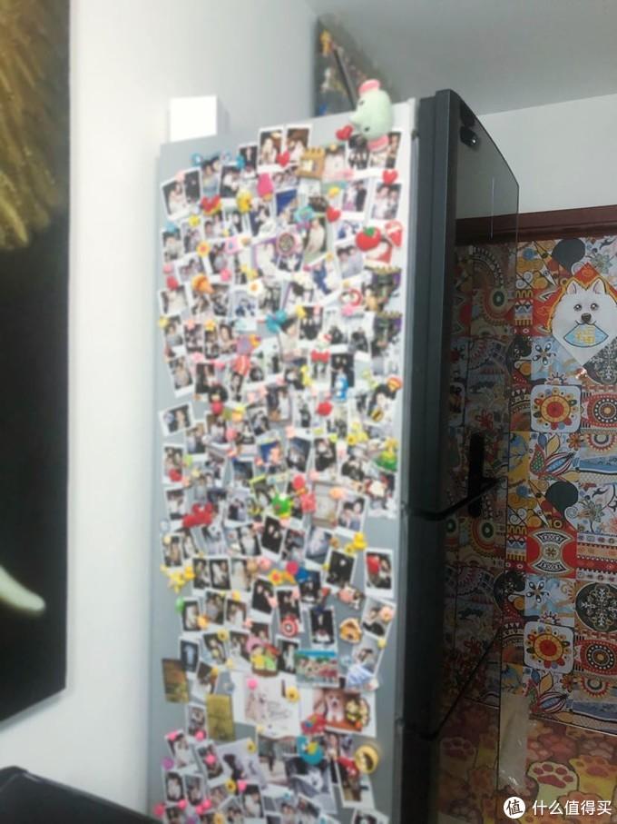 冰箱的两侧贴的满满的拍立得照片