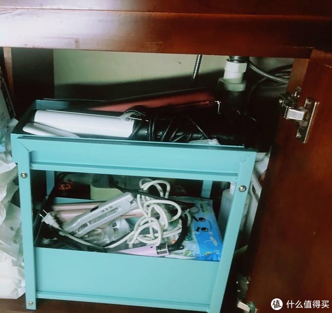 水槽的另一侧,两层的小柜子,能够利用空间,放的卷发工具