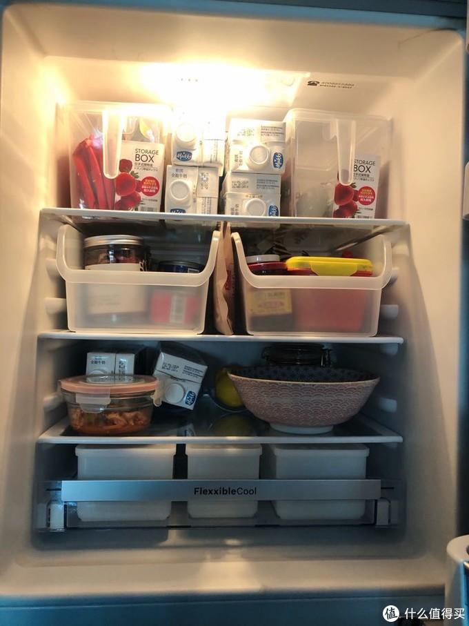 冰箱里也是各类收纳盒