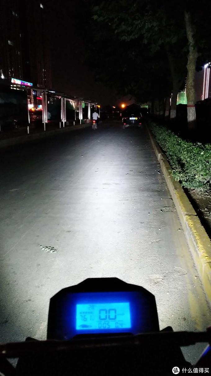夜间的铺路效果
