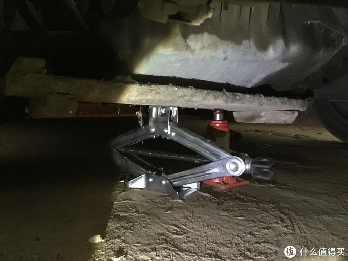 拆机脚胶之前一定要支撑起发动机