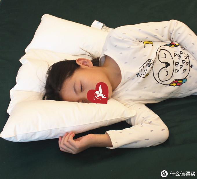 翻身的时候,其实头是微微的朝胸部低了一点的,所以扇形也能够使孩子的头和脖子仍然处于枕头之上