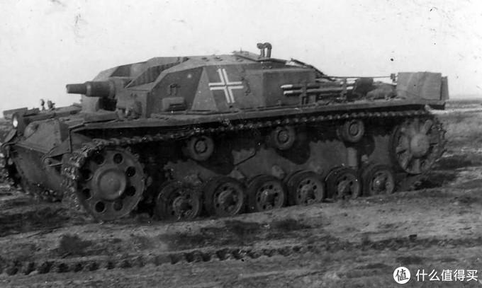 三号突击炮A型(StuG III Ausf. A)。它和最初的实验型型号一样都由戴姆勒-奔驰生产,仅仅于1940年1月至5月间生产了36辆,其中前30辆使用了三号坦克F型的底盘,后6辆使用了三号坦克G型的底盘。特征是带圆孔的主动轮。该型仅参加1940年的法国战役。
