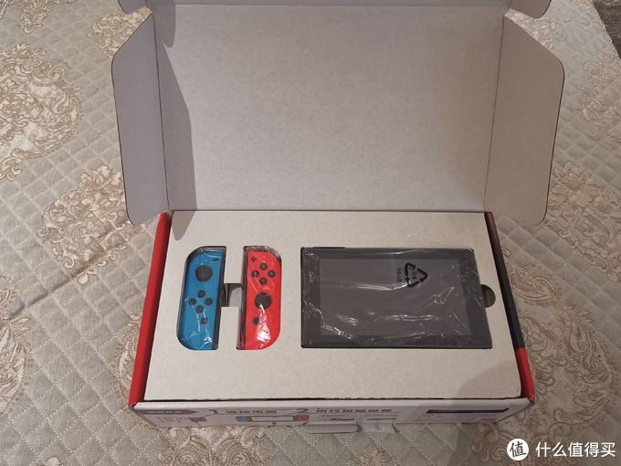 左面是两个红蓝joy-con手柄,右面是switch的主机