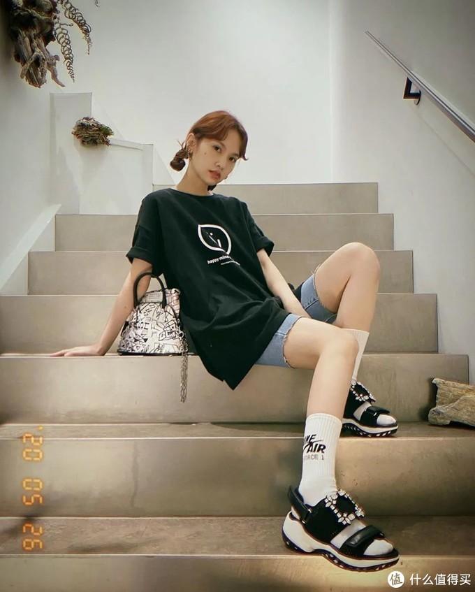 """越土越时髦?林允儿、杨丞琳沉迷的""""高跟鞋+袜子"""",看完有点心动!"""