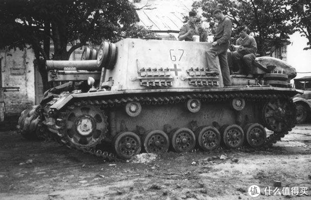 1941年,有人提出将150mm sIG 33重型榴弹炮安装在三号突击炮的底盘上,但真正将这个想法付诸实施却是一年后的斯大林格勒战役中。德军使用损坏的三号突击炮底盘紧急改造了24辆。这种车辆战斗室的装甲板并不厚,仅仅用于城市攻坚时的火力支援使用。12辆在战斗中损失,其余12辆被编入第23装甲师。