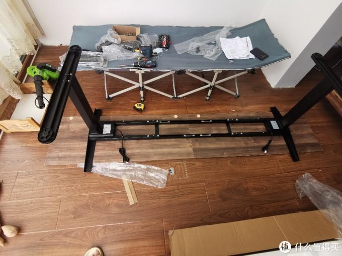 之前用做错的柜门临时安起来当个桌面