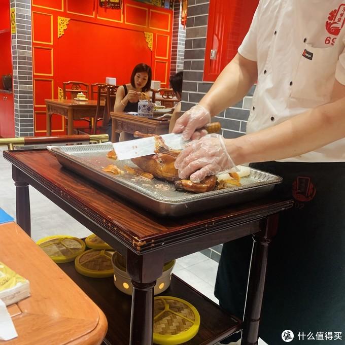 京味浓厚的北京烤鸭店,还有大龙椅可以拍照