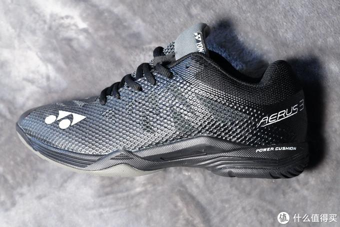 鞋面的镂空设计方便透气排汗,也能减轻重量
