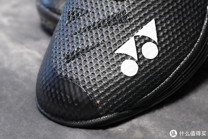 轻量化设计,整体裁剪,据说单只鞋重量只有270g
