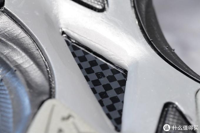 足弓支撑碳板,防扭转,说白了就是防崴脚