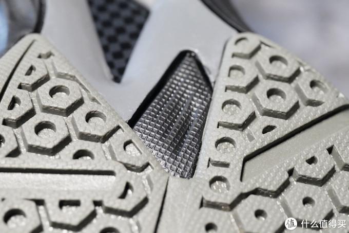 鞋底大面积都是生胶材质,基本上只为室内塑胶或木地板材质设计