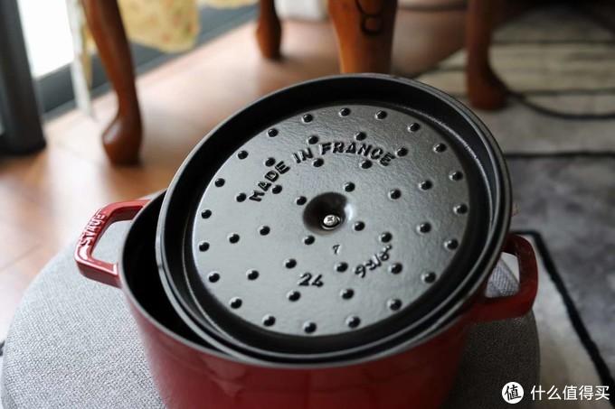 """锅盖内部有凸起的""""雨滴""""设计,帮助水汽凝结并回流到锅中"""