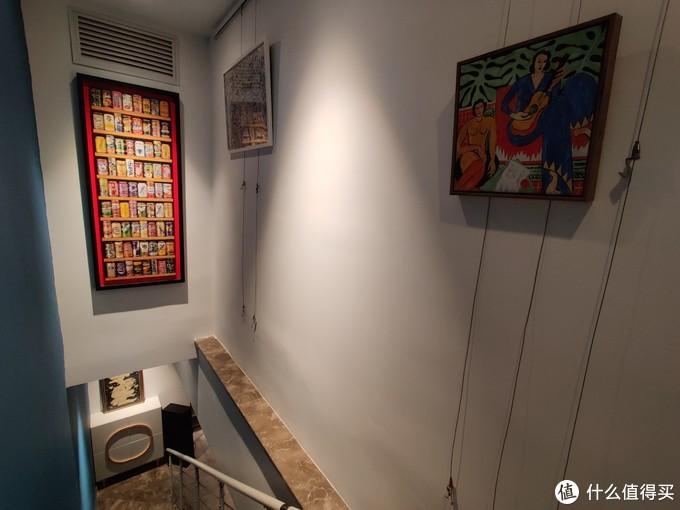 利用楼梯上方打造的画廊,只是目前挂画还比较少,以后再慢慢增加。