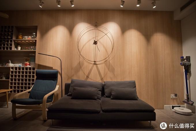 客厅使用了日本墙纸,表面有木纹质感,隐形门在沙发和戴森之间,隐形效果还比较满意。