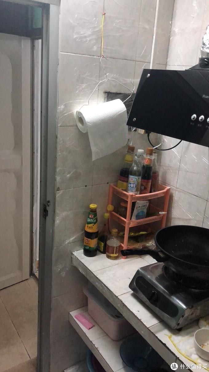 挂个衣架放厨房纸,之前都是乱扔的