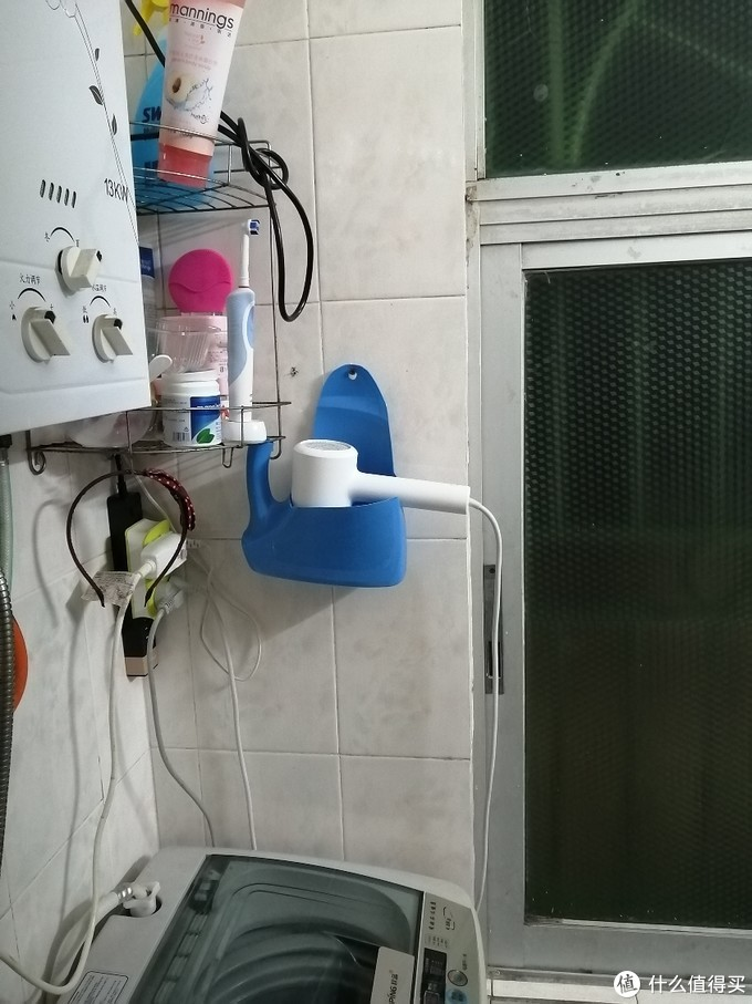 洗手间跟厨房共有的玻璃窗贴的素净马赛克玻璃贴