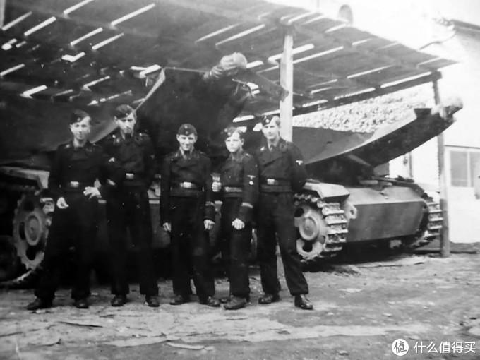 """党卫军第9""""霍亨斯陶芬""""装甲师的士兵与他们的三号突击炮G型"""