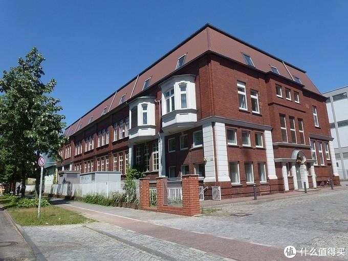 """位于柏林的阿尔凯特公司旧址。阿尔凯特(Alkett全称为Altmärkische Kettenwerk GmbH,直译过来应该是""""旧边疆履带车辆厂""""?有懂德语的大佬烦请帮忙解释一下)公司于1937年由莱茵金属(Rheinmetall)组建,并很快交由纳粹德国的国家垄断企业--赫尔曼•戈林国家工厂管理。二战中为纳粹德国生产了大量的装甲车辆。战后与众多西德军工企业合并,成为联邦政府控股的德国工业装备公司的一部分。"""