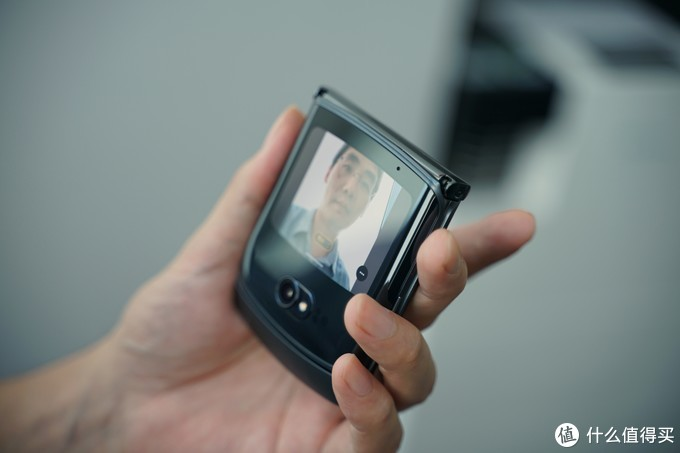 motorola 摩托罗拉 razr 5G折叠屏手机上手体验,原来手机还能做成这样?