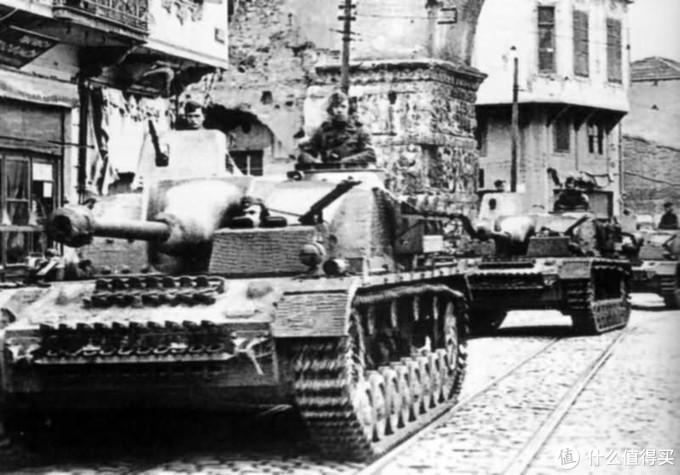 四号突击炮,除了使用四号坦克的底盘外,车体结构与三号突击炮非常相似。其编制使用与三号突击炮也没有区别。但四号突击炮可以与装甲师中的四号坦克,四号坦克歼击车等通用零件,能够减轻后勤压力。