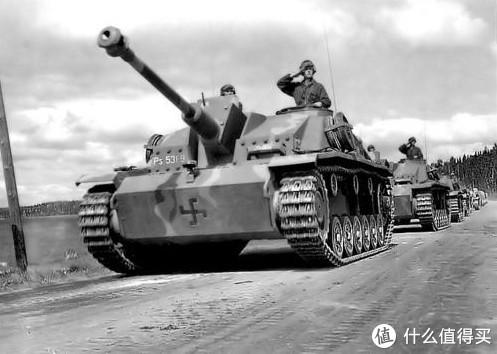 """芬兰军队装备的三号突击炮G型,芬兰人称为""""Sturmi""""。车前有芬兰的短臂万字(Hakaristi)标志。车前上部有Ps.531-9的编号。这台车绰号为""""Toini"""",共有7个击杀记录,战后被当做标靶击毁。"""