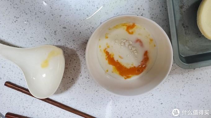 边上那个就是我用来捞蛋黄的勺子