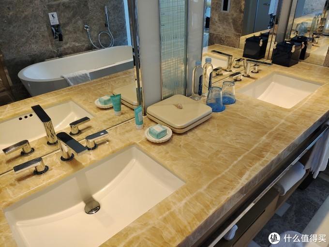 两个洗手池方便两人使用。