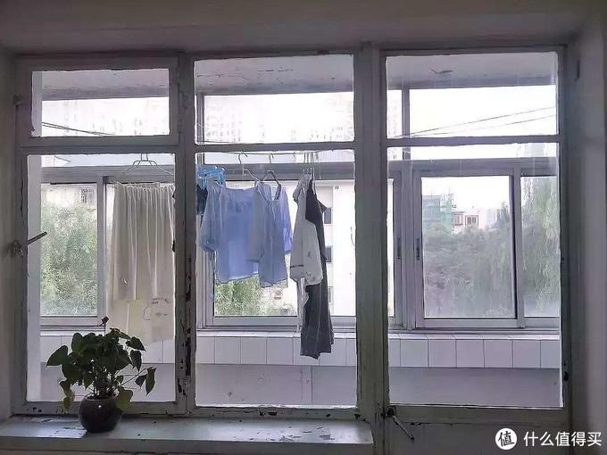 传统的晾衣方式,比如简单粗暴的绳子、晾衣杆,让阳台秒回到80年代。