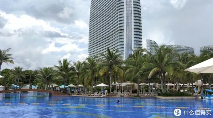 酒店泳池众多,都在室外,不论是小朋友游玩的浅水池,还是1.5米左右的游泳池都可以找到,这个酒店的救生员配置也是我见过最多的,基本每隔10米就有一个救生员保证游泳安全。泳池也提供了浴巾,还有Tikki吧等泳池吧可以点饮料甚至烧烤。
