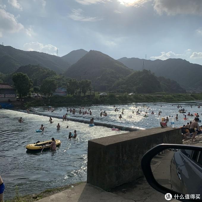 宁波章水镇天然泳池,兜风的时候路过的,比游泳池带劲多了吧,市区的游泳馆都跟下饺子一样,这里,嗯,好像也差不多。
